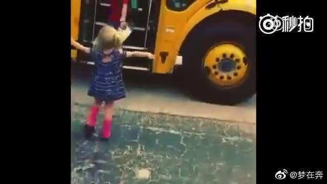 国外一个小女孩,每天下午放学都准时去街口巴士站等着