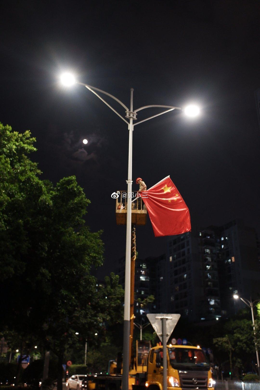 国庆马上到了,路灯开始装国旗富士xf10直出