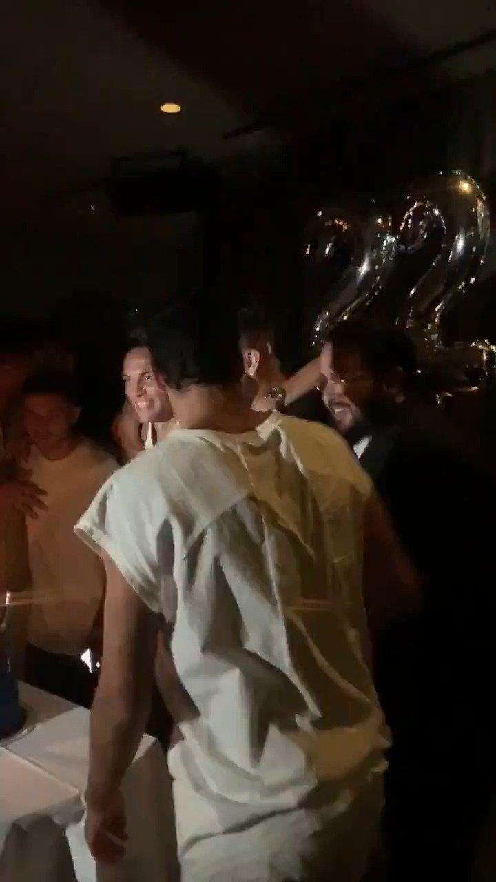 旺达推特发布的最新劳塔罗生日宴会现场视频:国米男孩们