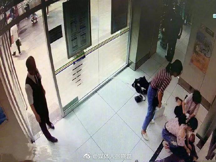 北京协和医院的护士鲁莎莎和刘慧影路过东单路口的交通银行时