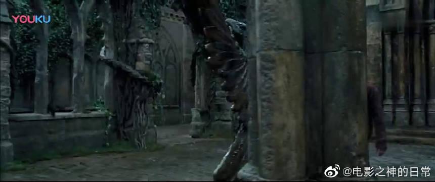小贪狼星竟然进入到了校园,准备杀死哈利,哈利挺住!