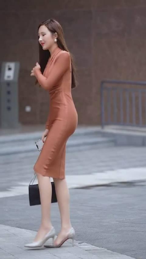 小姐姐的高跟鞋好像卡住了,有人上去帮忙不?