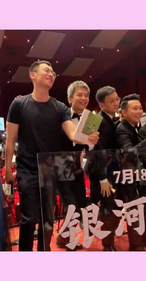 朱亚文跟邓超站在一块真是笑点,中年老男人最帅,人老心不老!