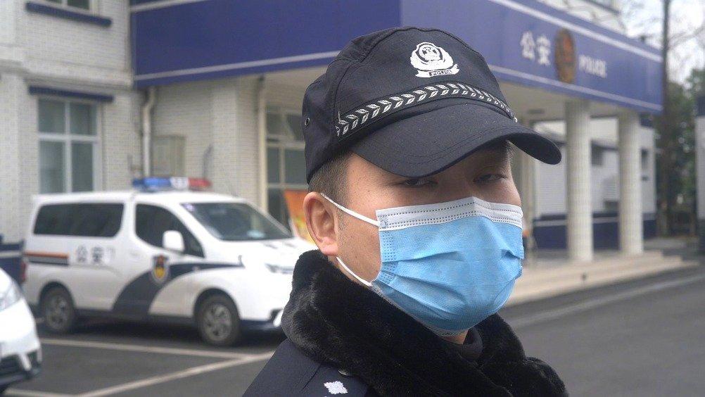 自从穿上警服,便奉献着青春,挥洒着热血,成为了守护城市的微光