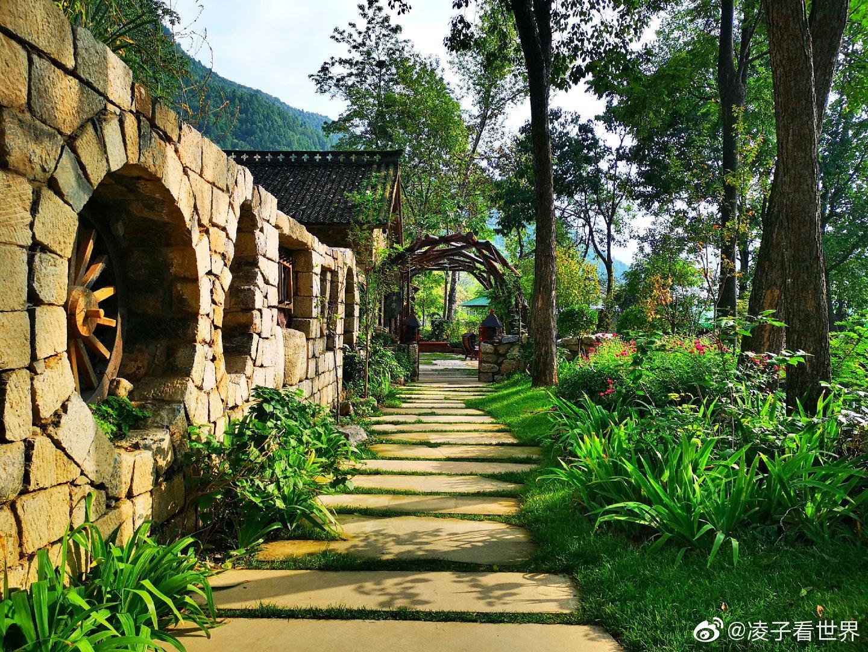 康家坪民宿就像一个童话世界,村子中每一个小院落都会让人举步维艰