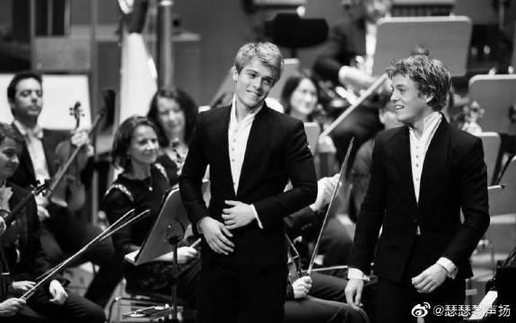 荷兰神童出身亲兄弟钢琴演奏家,哥哥弟弟合奏莫扎特第40号交响曲