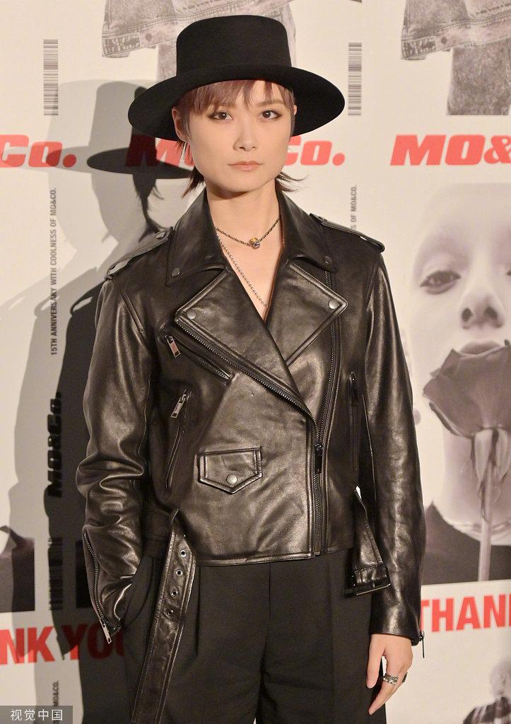 众星出席品牌活动,李宇春皮衣配礼帽朋克俏皮、又酷又美
