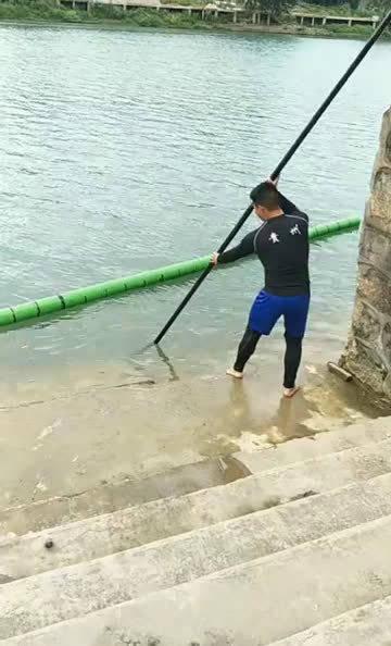 小哥哥一个撑杆跳,稳稳地站在竹子上,看得我都想尝试一下了!