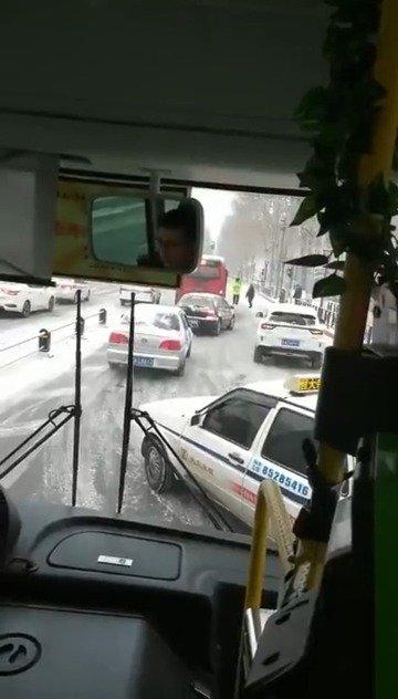 网友爆料:人民大街上,私家车追尾130路,减速慢行!