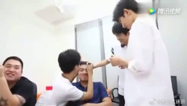 TFBOYS王源王俊凯给助理化搞笑妆,冷漠的千玺也上手了!