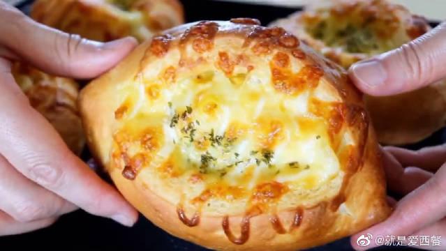 玉米奶酪面包,松软的小面包上堆满了芝士、玉米粒和奶酪