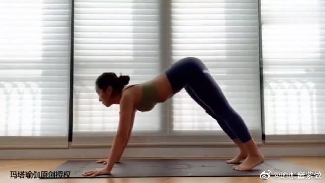 这个瑜伽动作可以燃脂,还能有效缓解肩背部酸痛,锻炼上臂肌肉群