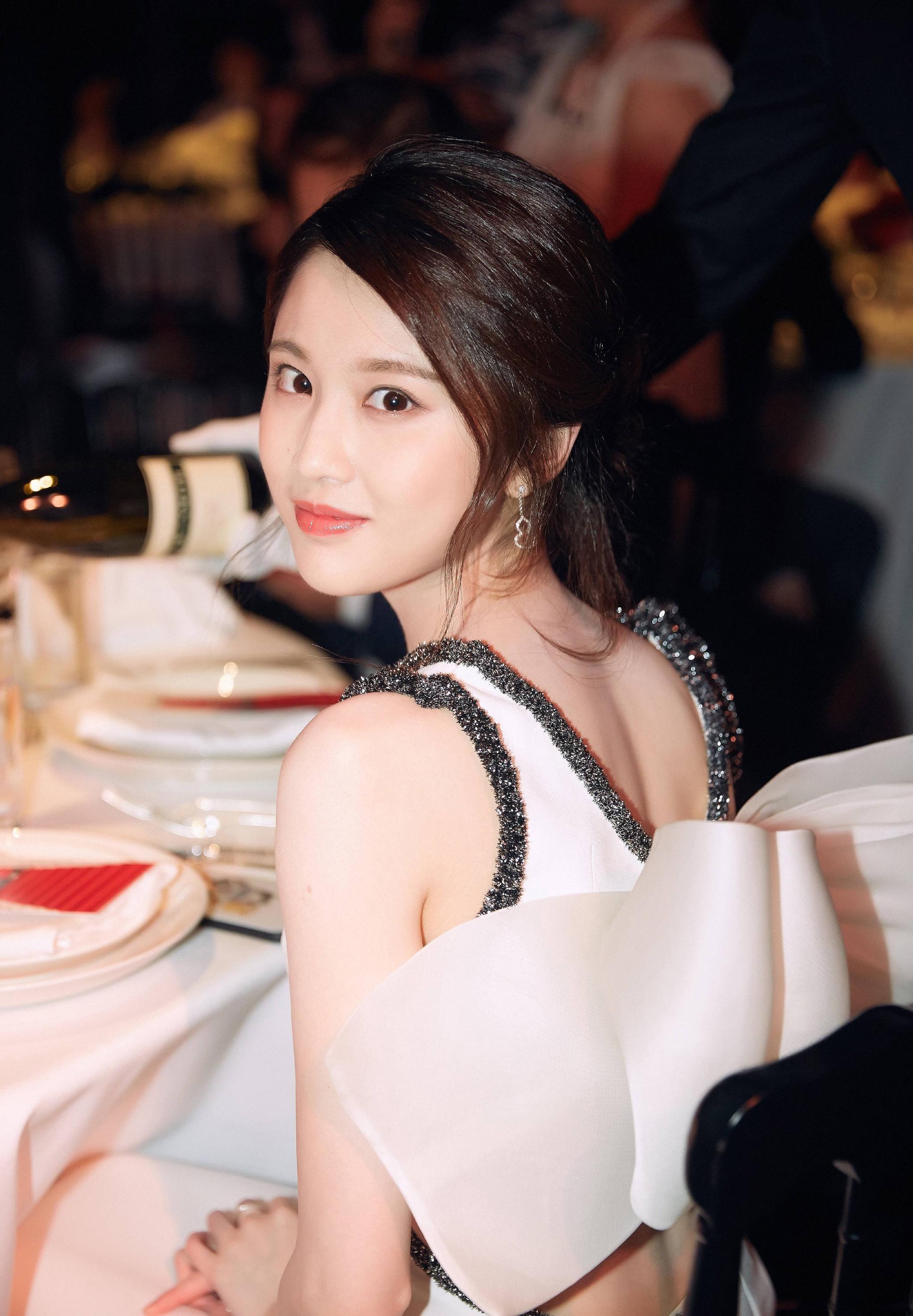张慧雯身着一袭优雅气质的白色礼服亮相,尽显少女的清新俏皮。