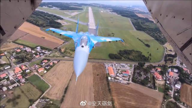 空对空视角看参加2019波兰格丁尼亚航展的乌克兰空军苏-27战机。