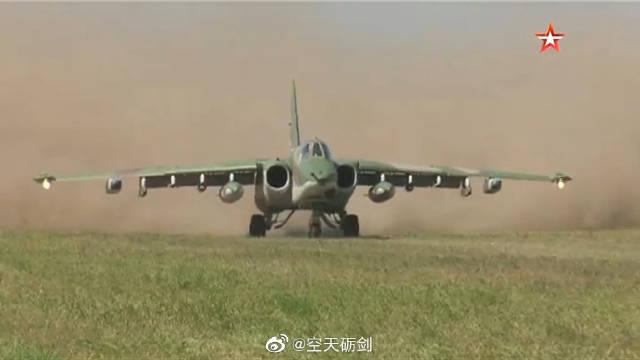 俄军SU-25SM攻击机在野战机场土跑道进行起降训练