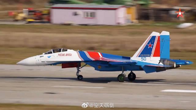 """俄军""""勇士""""飞行表演队飞行员驾驶苏-35S战机进行飞行测试"""