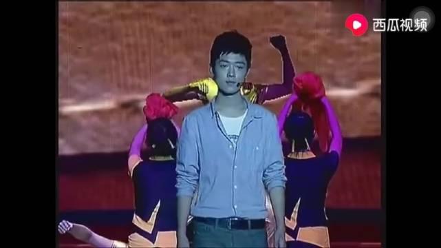 肖战2012年大学校庆独唱《五月的鲜花》,青涩模样初显光芒