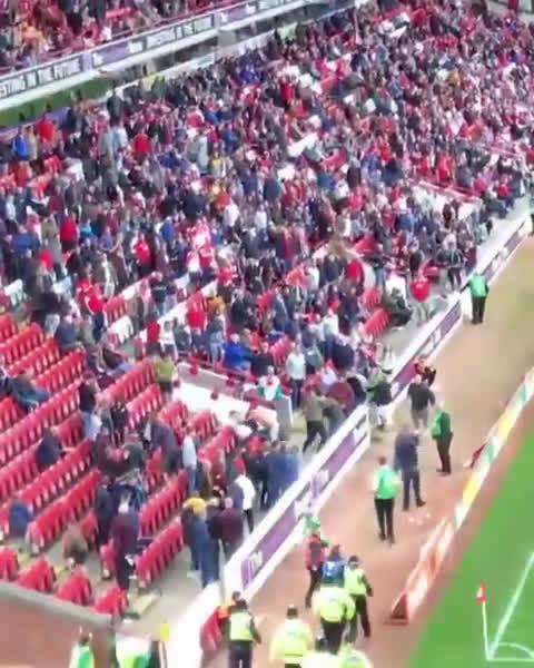 利兹联的球迷冲进了巴恩斯利球迷的看台干仗…