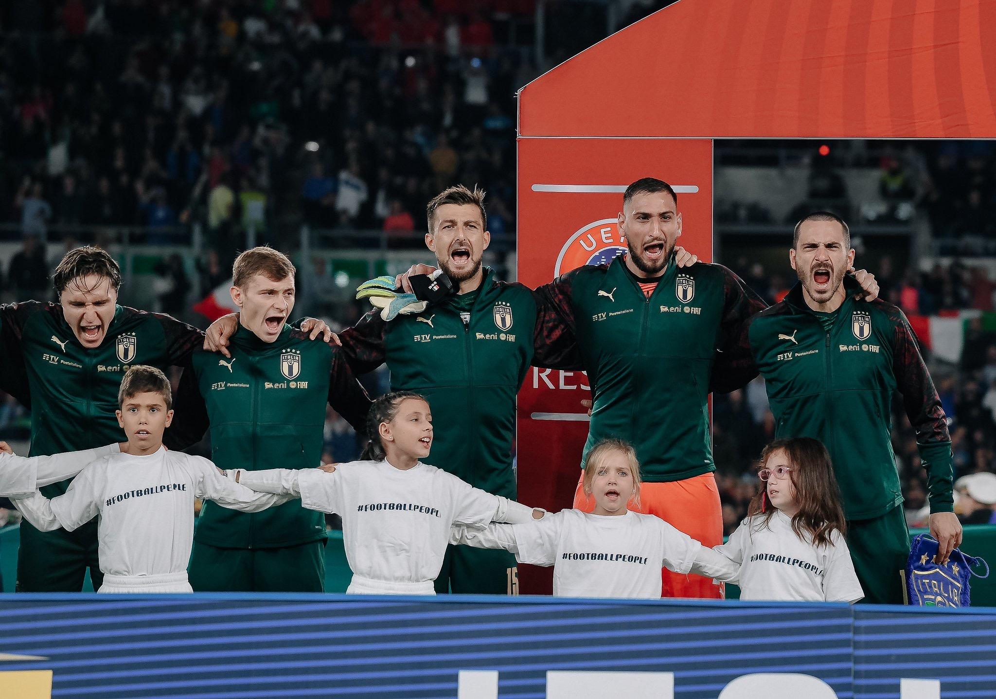 当意大利队开始唱国歌。。。
