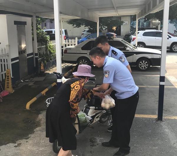 93岁婆婆走丢了,媳妇急哭了,民警帮找回后