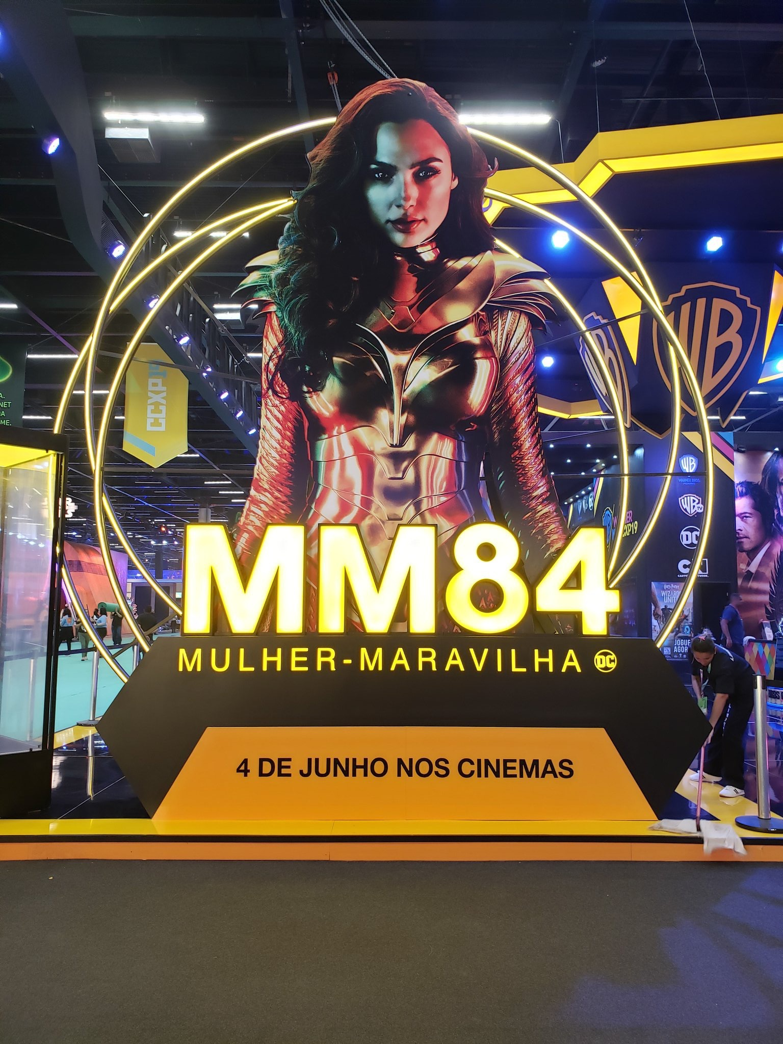 CCXP巴西圣保罗漫展会场展出《神奇女侠1984》片中使用的女侠制服和官