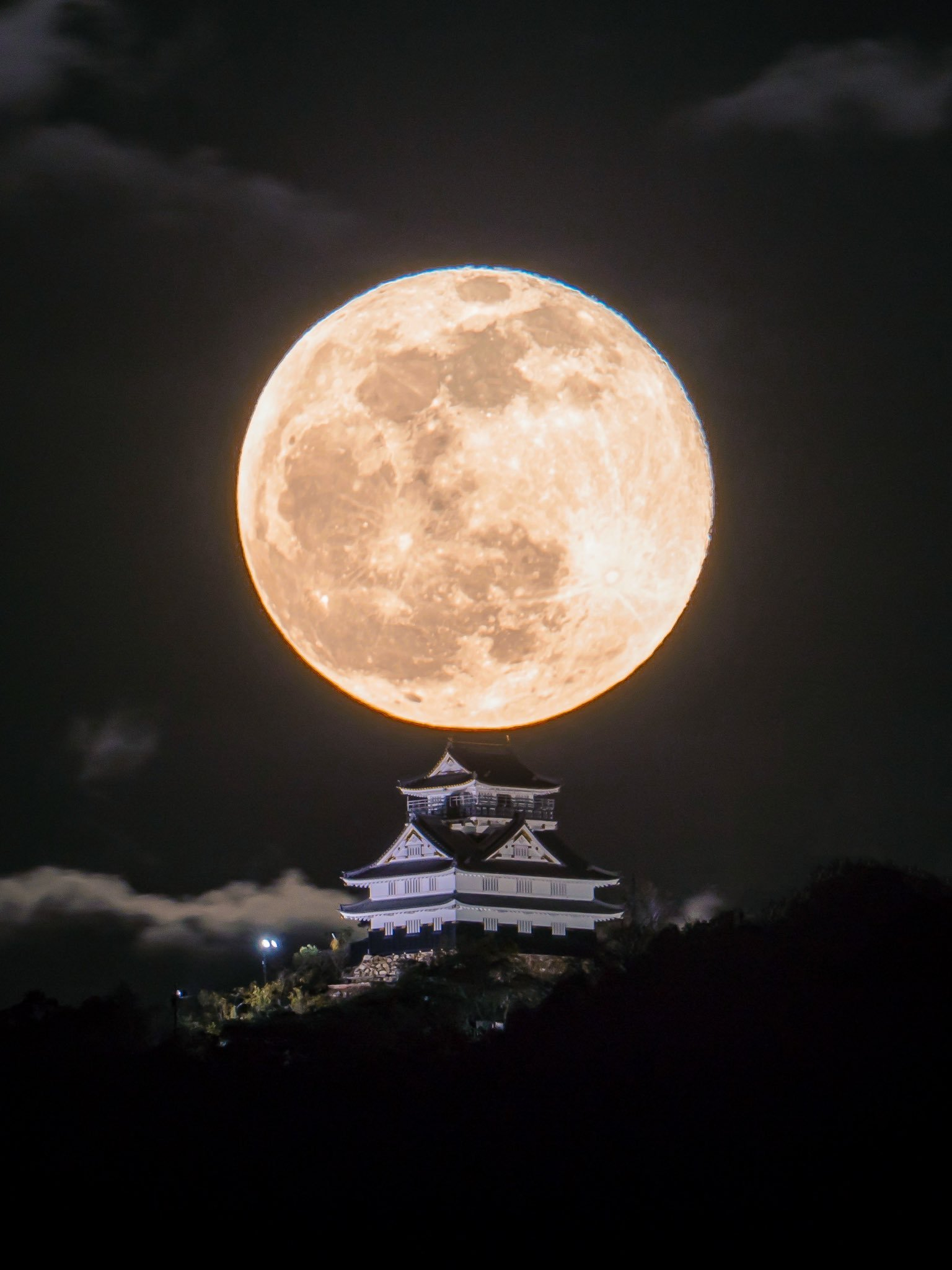 摄影师Hisa在岐阜城,拍摄的2020年首次满月(twi:Hisa0808)