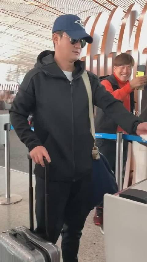 吴京穿着休闲现身机场