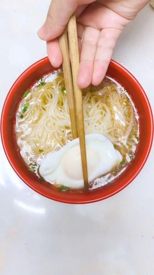 最简单的往往是最好吃的~来碗热气腾腾的清汤面一整天元气满满