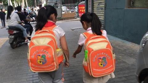 中国孩子上学,家长们操碎了心,日本小孩为什么不让家长接送!