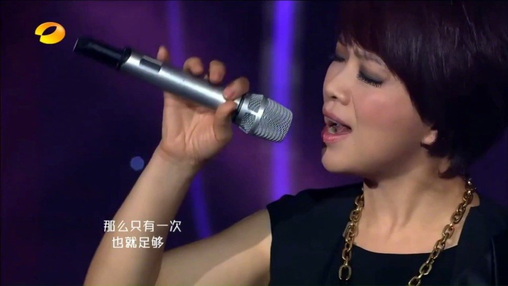 陈明-《等你爱我》live。陈明的演唱充满激情,又不失细腻的情感