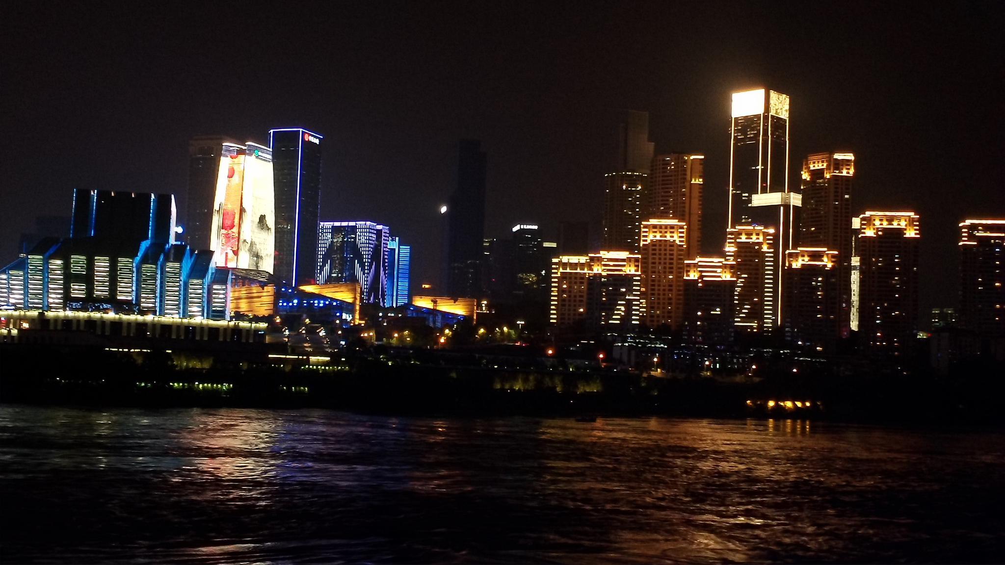 """从最新时尚潮流风向标的豪伟来福士到重庆专属美景""""五交通一体""""的东"""