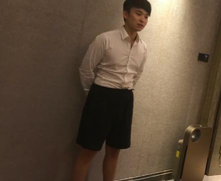 王京花儿子太可爱,董子健在机场不愿走路,坐电动车却热情聊天
