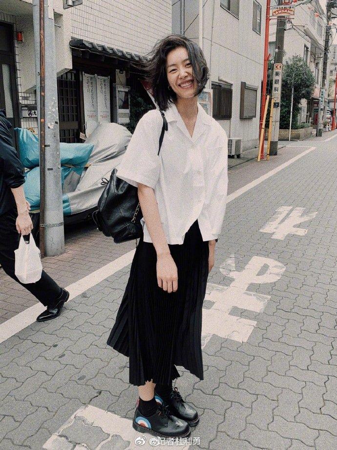 刘雯白衬衫配黑裙子似学生 素面朝天笑容灿烂有活力