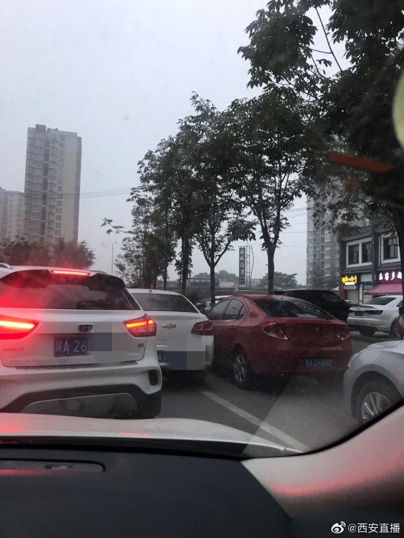 占道停车致使早高峰道路拥堵谁来管