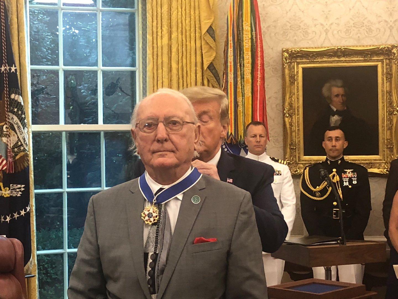 美国总统特朗普为91岁的凯尔特人传奇球星鲍勃-库西颁发总统自由勋章