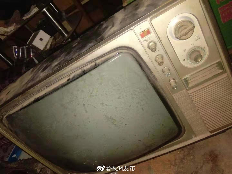 小布费尽周折,昨晚终于联系到一台株洲生产的明星牌黑白电视机