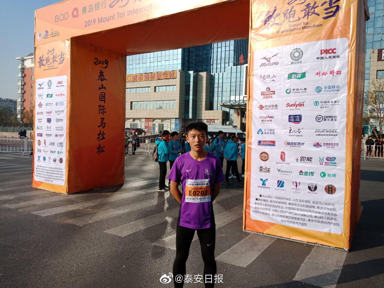 迷你马拉松冠军曹国梁今年16岁,是英雄山中学的一名中长跑体育生