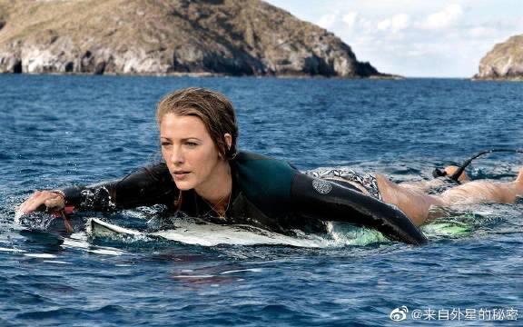 美女遭鲨鱼袭击,求救醉汉,岂不知醉汉是个禽兽《鲨滩》