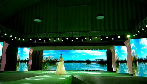 再唱洪湖水浪打浪。   全国旗袍人共贺祖国70华诞综艺秀。