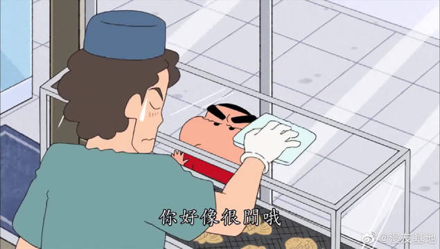 小新来到烤鱼店,把正在擦橱窗的老板,吓了一跳