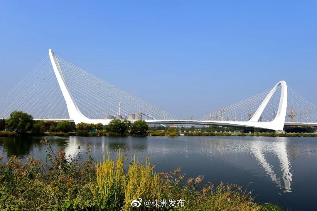 ①9月29日,北京长安街西延长线重点工程新首钢大桥建成通车