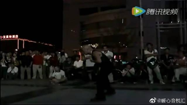 牛人在广场上演唱80年代《少年犯》主题曲,观众听哭了
