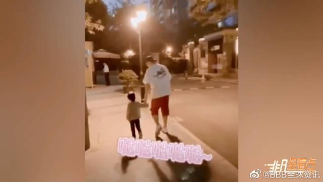 与女儿街头牵手散步!父女二人又跑又跳画面温馨~