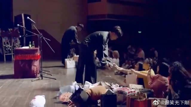 德云社演员上场就是进货,张九龄王九龙为了抢一把扇子