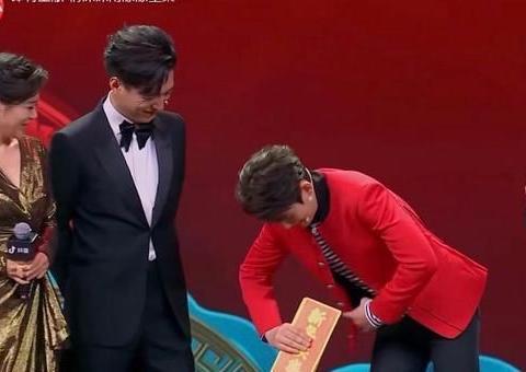 朱一龙与靳东表演魔术道具穿帮掉一地!暖心合唱恭贺新春
