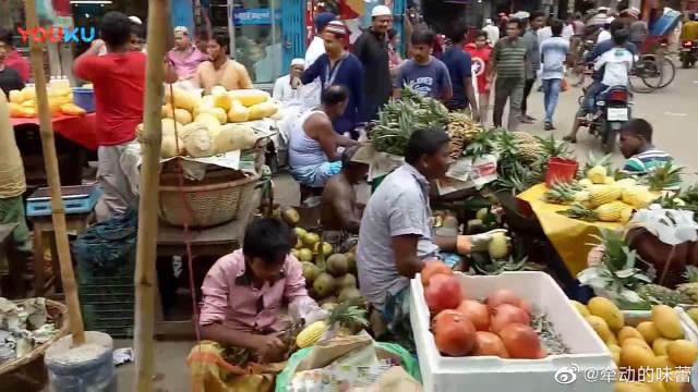 斋月市场上人来人往,热闹非凡,街边的小吃看着都流口水了。
