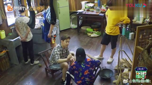 刘宪华对张子枫太热情了,张子枫机智转移话题,这个哥哥好粘人啊!