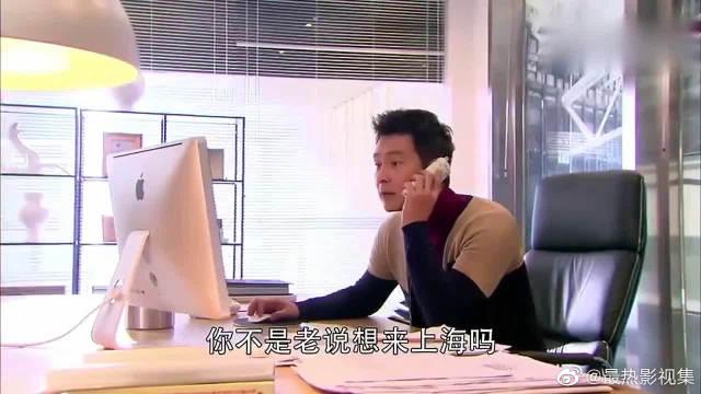 沥川打开公司有邮件,看见一张合照,立马疯狂放大