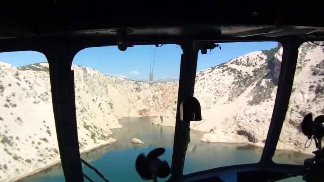克罗地亚空军米:8MTV-1直升机在峡谷中低空飞行