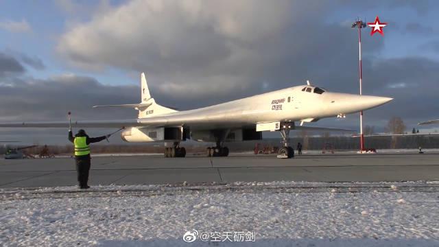 俄罗斯空天军多架图-160战略轰炸机进行飞行训练